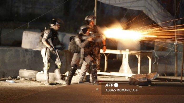 Tentara Israel menembakkan gas air mata ke arah demonstran Palestina selama protes anti-Israel atas ketegangan di Yerusalem, di pos pemeriksaan Qalandiya antara Ramallah dan Yerusalem, di Tepi Barat pada 11 Mei 2021.