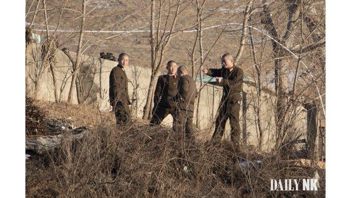 Foto Ilustrasi: Tentara Korea Utara di tepi sungai Yalu di Sukju, Provinsi Pyongan Utara (DailyNK)