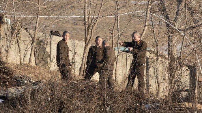 Tentara Korea Utara di tepi sungai Yalu di Sukju, Provinsi Pyongan Utara