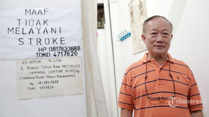Mulyadi Wong atau Ko Amuk (75) berpose usai melakukan terapi tusuk jarum kepada pasiennya di kediamannya di Jakarta, Jumat (26/2/2021). Tribunnews/Irwan Rismawan