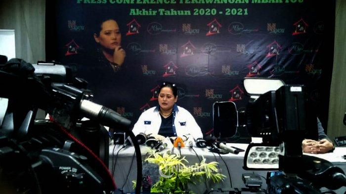 Mbak You saat melakukan PRESS CONFERENCE TERAWANGAN MBAK YOU akhir tahun 2020 dan prediksi tahun 2021, yang berlangsung di HOTEL AROSA, Jalan Veteran Bintaro, Sabtu (21/11/2020) Jakarta.