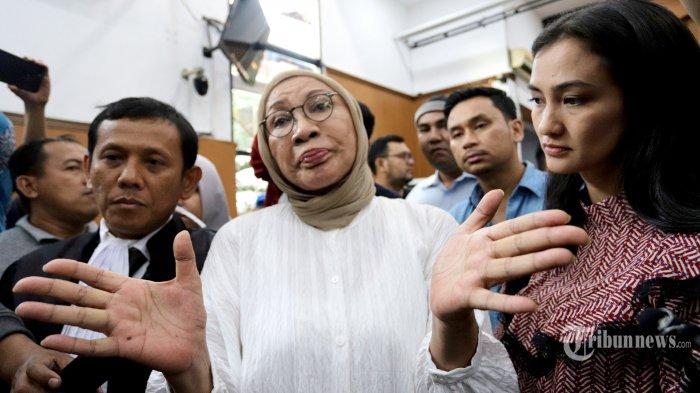 Aktivis Ratna Sarumpaet (tengah) didampingi puterinya Atiqah Hasiholan (kiri) usai menjalani sidang vonis kasus penyebaran berita bohong atau hoaks di Pengadilan Negeri  Jakarta Selatan, Kamis (11/7/2019). Majelis Hakim Pengadilan Negeri Jakarta Selatan (PN Jaksel) menjatuhkan vonis 2 tahun penjara kepada Ratna Sarumpaet karena dianggap bersalah telah menyebarkan hoaks yang mengakibatkan keonaran seperti diatur dalam Pasal 14 ayat (1) Undang-Undang Nomor 1 Tahun 1946 tentang Hukum Pidana. Tribunnews/Jeprima