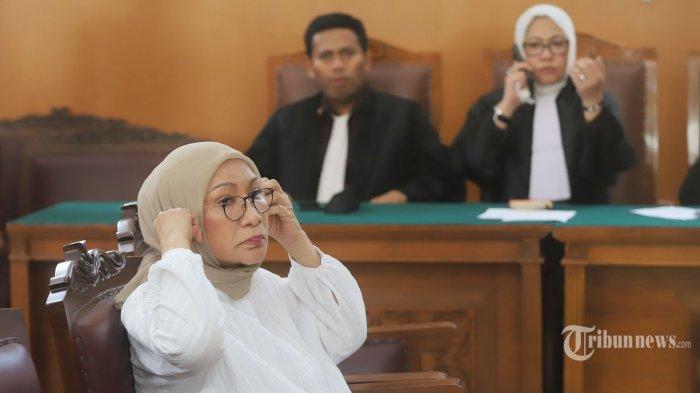 Aktivis Ratna Sarumpaet menjalani sidang vonis kasus penyebaran berita bohong atau hoaks di Pengadilan Negeri  Jakarta Selatan, Kamis (11/7/2019). Majelis Hakim Pengadilan Negeri Jakarta Selatan (PN Jaksel) menjatuhkan vonis 2 tahun penjara kepada Ratna Sarumpaet karena dianggap bersalah telah menyebarkan hoaks yang mengakibatkan keonaran seperti diatur dalam Pasal 14 ayat (1) Undang-Undang Nomor 1 Tahun 1946 tentang Hukum Pidana. Tribunnews/Jeprima