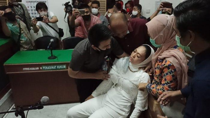 Detik-detik Terdakwa Kasus Tagih Utang Ibu Kombes Pingsan Setelah Divonis Bebas, Asam Lambung Kumat