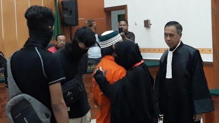 Sebelum Jalani Sidang, Terdakwa Kasus Terorisme Dipeluk Istrinya di PN Jakarta Barat
