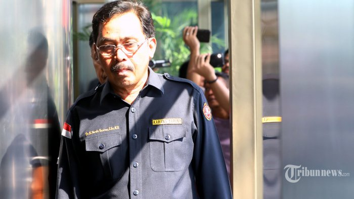 Gubernur Kepulauan Riau (Kepri) Nurdin Basirun dikawal petugas tiba di gedung KPK untuk menjalani pemeriksaan terkait Operasi Tangkap Tangan (OTT) di Jakarta, Kamis (11/7/2019). KPK membawa tujuh orang yang salah satunya Gubernur Kepri Nurdin Basirun terkait izin lokasi rencana reklamasi di Kepulauan Riau. TRIBUNNEWS/IRWAN RISMAWAN