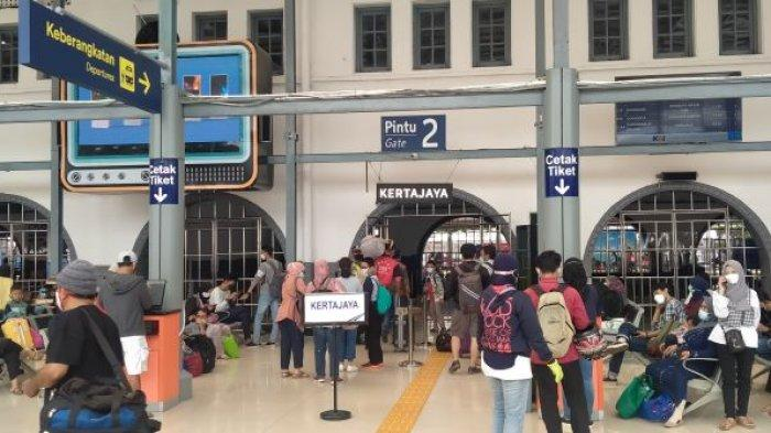 Kondisi terkini para calon pemudik yang sudah mulai datangi stasiun kereta api Pasar Senen jelang pelarangan mudik lebaran, Selasa (4/5/2021).
