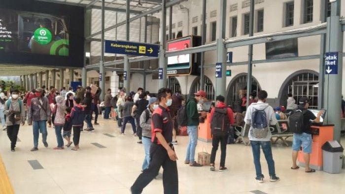 Jelang Pelarangan, Stasiun Pasar Senen Ramai Penumpang yang Curi Start Mudik