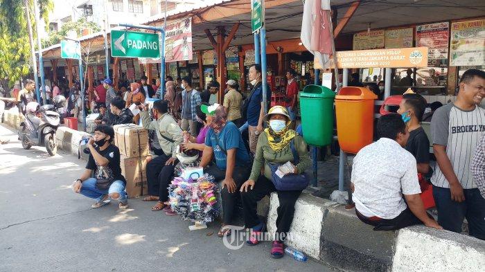 MUDIK LEBIH AWAL - Calon penumpang memadati Terminal AKAP Kalideres, Jakarta Barat, Jumat (9/4/2021). Terkait adanya larangan mudik oleh pemerintah, sejumlah warga mengakalinya dengan mudik lebih awal untuk menjalani tradisi munggah yakni menjalani pekan pertama puasa ramadan di kampung bersama keluarga besarnya, setelah itu mereka kembali lagi ke Jakarta dan merayakan lebaran di ibukota. WARTA KOTA/NUR ICHSAN