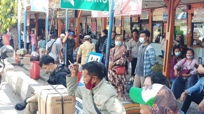 MUDIK LEBIH AWAL - Calon penumpang memadati Terminal AKAP Kalideres, Jakarta Barat, Jumat (9/4/2021). Terkait adanya larangan mudik oleh pemerintah, sejumlah warga mengakalinya dengan mudik lebih awal untuk menjalani tradisi munggah yakni menjalani pekan pertama puasa ramadan di kampung bersama keluarga besarnya, setelah itu mereka kembali lagi ke Jakarta dan merayakan lebaran di ibukota.