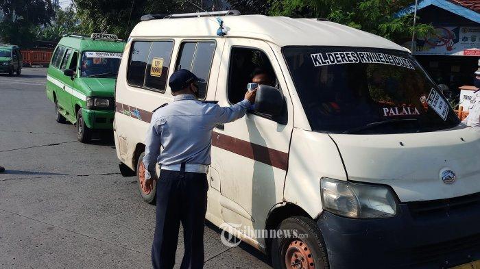PERIKSA KETAT -Terminal Kalideres, Jakarta Barat, menerapkan protokol kesehatan secara ketat dan memeriksa surat ijin ke luar masuk Jakarta bagi penumpang maupun awak bus yang keluar masuk ke dalam terminal tersebut, Minggu (14/6/2030). Hal ini untuk mencegah penyebaran wabah Covid -19, yang makin meluas dan telah memakan banyak korban. WARTA KOTA/NUR ICHSAN