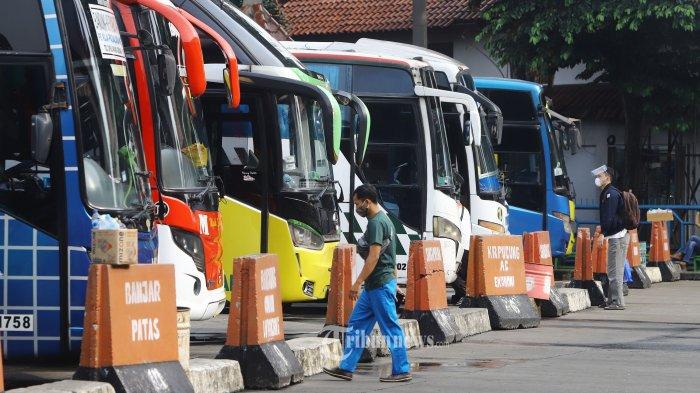 ILUSTRASI MUDIK - Suasana Terminal Kampung Rambutan Jakarta terlihat sepi penumpang jelang pelarangan mudik, Rabu (5/5/2021).