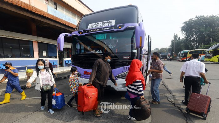 Penumpang membawa barang bawaan bergegas menuju bus yang akan membawa ke tempat tujuannya di Terminal Kampung Rambutan Jakarta, Rabu (5/5/2021). Jelang larangan mudik, Terminal Kampung Rambutan sepi penumpang karena beberapa PO Bus yang memiliki tujuan jarak jauh dan berangkat siang atau sore hari seperti ke Sumatera sudah menghentikan operasi khawatir sudah terkena larangan mudik pada Kamis 6 Mei 2021. TRIBUNNEWS/HERUDIN