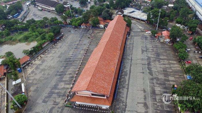 Emplasemen Terminal Bus Antar Kota Antar Provinsi (AKAP) Kampung Rambutan, Jakarta Timur, tampak sepi setelah dihentikan sementara pengoperasiannya, Jumat (24/4/2020). Penghentian operasional ini mengacu pada Permenhub Nomor 25 Tahun 2020 tentang Pengendalian Transportasi Selama Musim Mudik Idul Fitri 1441 Hijriah terkait Pembatasan Sosial Berskala Besar (PSBB) pemutusan mata rantai virus corona (Covid-19). Hanya bus trayek dalam kota yang bisa beroperasi di terminal ini. Warta Kota/Alex Suban