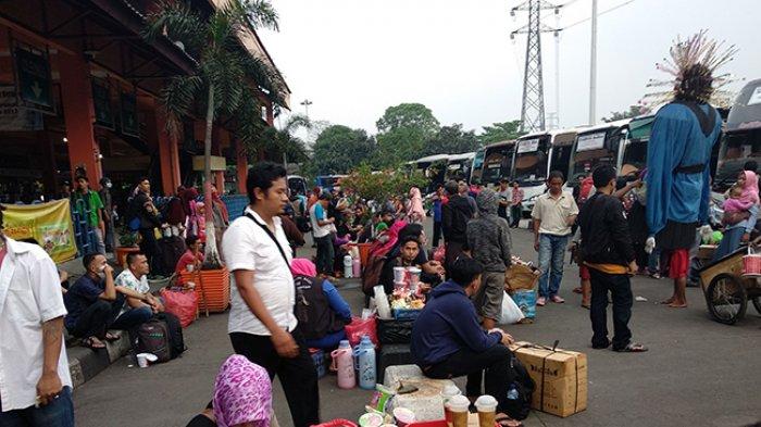 Pedagang di Terminal Kampung Rambutan Mengaku Penghasilannya Turun saat Arus Mudik Tahun Ini