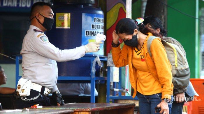 Calon penumpang diperiksa suhu tubuh saat masuk Terminal Leuwipanjang, Kota Bandung, Rabu (17/6/2020). Semenjak dibuka kembali pada Sabtu, 13 Juni 2020, terminal terbesar di Kota Bandung itu masih sepi penumpang. (TRIBUN JABAR/GANI KURNIAWAN)
