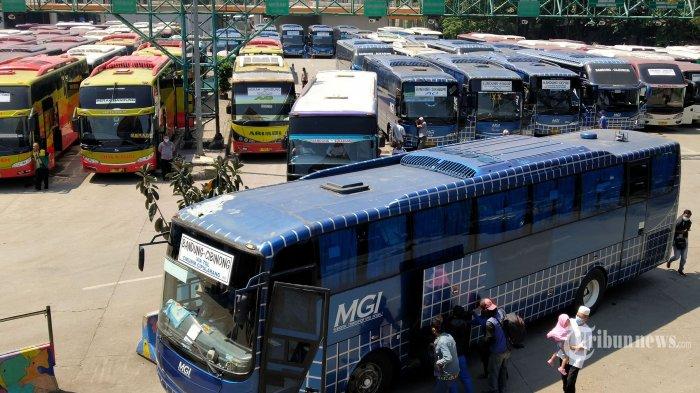 Calon penumpang menuju bus yang akan dinaikinya di Terminal Leuwipanjang, Kota Bandung, Jawa Barat, Selasa (27/4/2021).