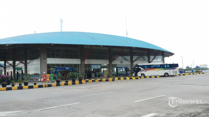 Bis menunggu penumpang di Terminal Terpadu Pulo Gebang, Jakarta Timur, Minggu (10/5/2020). Pasca dibukanya kembali moda transportasi oleh Kementrian Perhubungan pada Kamis lalu, suasana bis Antar Kota Antar Provinsi (AKAP) masih sepi hanya 4-5 penumpang. (Warta Kota/Angga Bhagya Nugraha)