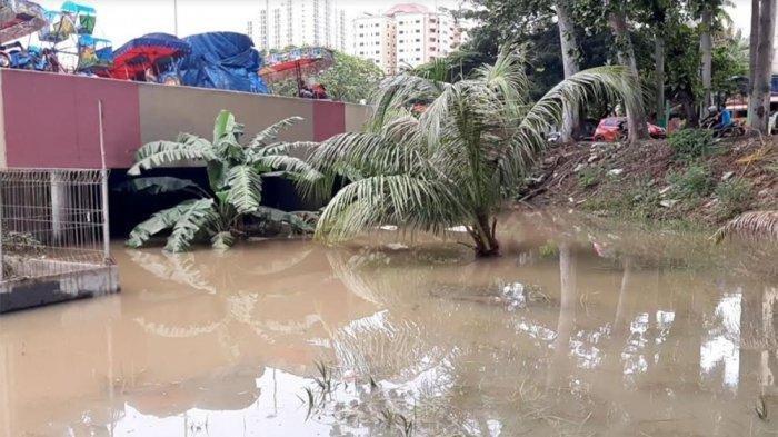 Air yang menggenangi Underpass Gandhi Kemayoran Jakarta Pusat tampak keruh terpantau pukul 14.44 WIB, Sabtu (25/1/2020)