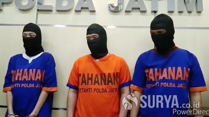 Tiga tersangka kasus carding berkedok agen travel saat dikeler di Mapolda Jatim, Jumat (28/2/2020).