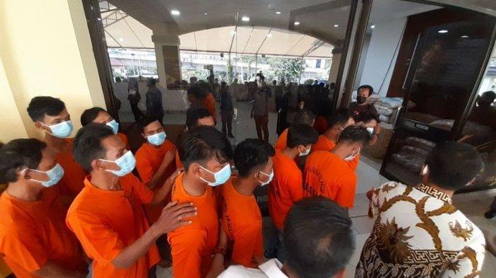 Tersangka kasus pungutan liar di sekitaran Jakarta Utara, Jumat (11/6/2021).