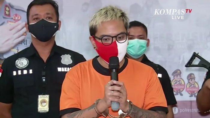 Komika Coki Pardede saat konferensi pers usai tertangkap dalam kasus narkoba di Polres Metro Tangerang Kota, Sabtu (4/8/2021).