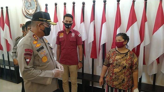 Kapolda Sumut Irjen Pol Martuani Sormin mewawancarai tersangka laporan palsu, Erdina Boru Sihombing, di Mapolda Sumut, Jumat (15/5/2020).