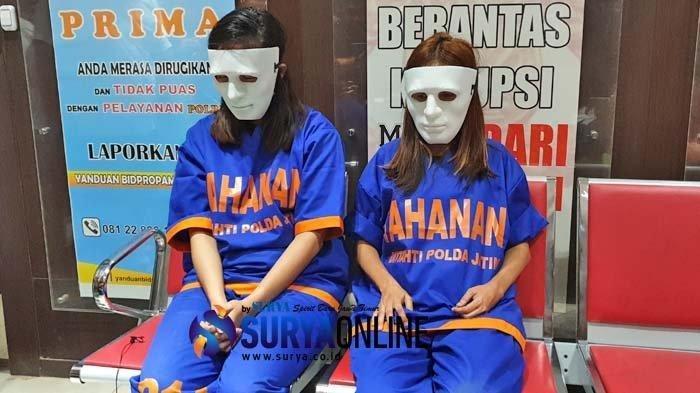 Tersangka mucikari Endang Suhartini (Kanan) alias Siska (ES) dan Tantri (kiri) menceritakan terkait bisnis layanan esek-esek prostitusi artis di ruangan Ditreskrimsus Polda Jatim, Kamis (10/1/2019).