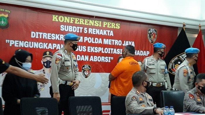 Bripka CS (berbaju tahanan), tersangka kasus penembakan, saat dihadirkan di Polda Metro Jaya, Jakarta Selatan, Kamis (25/2/2021). Pelaku penembakan di sebuah kafe di kawasan Cengkareng, Jakarta Barat, akhirnya terungkap. Pelaku merupakan anggota kepolisian yaitu Bripka CS.