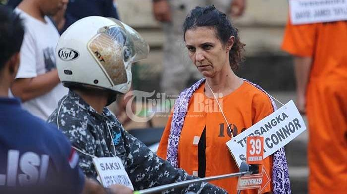 Tersangka Sara Connor memerankan 68 adegan ketika merekonstruksi pembunuhan Wayan Sudarsa di Pantai Kuta, Bali, Rabu (31/8/2016), pukul 04.00 wita. (Tribun Bali/ Rizal Fanany)