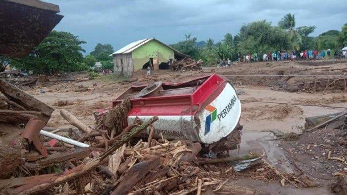 Truk tangki minyak Pertamina terseret banjir bandang di Kecamatan Adonara, Flores Timur, Nusa Tenggara Timur.