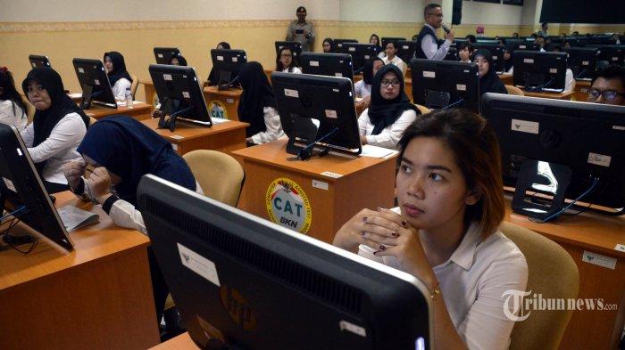 Peserta saat bersiap mengikuti ujian menggunakan Computer Assisted Tes (CAT) Calon Pegawai Negeri Sipil (CPNS) Pemprov Jatim di Badan Kepegawaian Negara Kantor Regional II Surabaya di Sidoarjo, Jumat (26/10). CPNS Pemprov Jatim diikuti 62.321 peserta yang akan merebutkan lowongan formasi sebanyak 1.065 orang. SURYA/AHMAD ZAIMUL HAQ