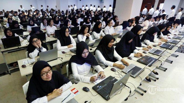 Peserta bersiap untuk mengikuti Seleksi Kompetensi Dasar (SKD) berbasis Computer Assisted Test (CAT) untuk Calon Pegawai Negeri Sipil (CPNS) di kantor Wali Kota Jakarta Selatan, Jakarta, Senin (17/2/2020). Badan Kepegawaian Daerah atau BKD DKI Jakarta mencatat pelamar CPNS DKI Jakarta pada 2019 sebanyak 50.528 pelamar, peserta yang lolos administrasi dan lolos tes SKD untuk mengisi 3.390 formasi CPNS yang disediakan Pemprov DKI Jakarta.
