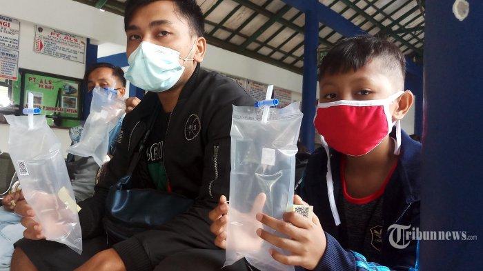 Calon penumpang melakukan tes genose sebelum keberangkatan mudik di Terminal Poris Plawad, Kota Tangerang, Rabu (5/5/2021). Hasil.tes genose ini menjadi persyaratan wajib bagi para pemudik di hari terakhir sebelum.di berlakukannya pelarangan mudik. (WARTAKOTA/Nur Ichsan) *** Local Caption ***