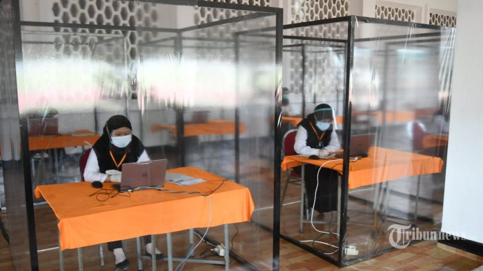 Peserta seleksi kompetisi bidang (SKB) bagi CPNS Pemkot Surabaya dengan hasil rapid tes reaktif mengikuti tes di bilik khusus di GOR Pancasila, Kota Surabaya, Jawa Timur, Selasa (22/9/2020). Seleksi itu menerapkan protokol kesehatan Covid-19 secara ketat, mulai dari mengenakan masker, pelindung wajah, dan sarung tangan serta jarak antar peserta tes, termasuk memisahkan peserta dengan hasil rapid tes reaktif dalam bilik khusus. Sebanyak 1.142 orang mengikuti SKB CPNS Pemkot Surabaya selama 3 hari di mana dalam satu hari terdapat 3 sesi dengan peserta sebanyak 140 orang. Surya/Ahmad Zaimul Haq