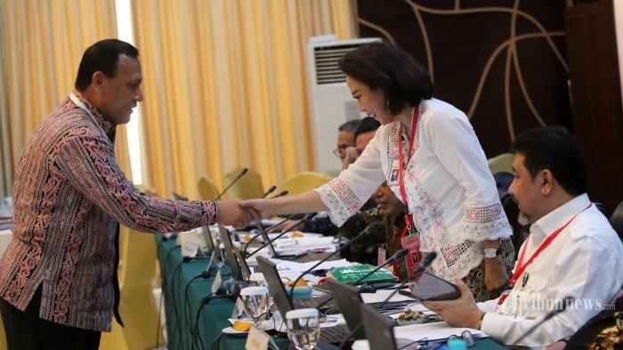 Ketua Pansel Capim KPK Yenti Garnasih (kedua kanan) berjabat tangan dengan Wakabareskrim Polri Irjen Pol Antam Novambar (kiri) saat memimpin tes wawancara dan uji publik Calon Pimpinan Komisi Pemberantasan Korupsi (Capim KPK) periode 2019-2023 di Kementerian Sekretariat Negara, Jakarta, Selasa (27/8/2019). Sebanyak 20 orang capim KPK mengikuti tes tersebut. TRIBUNNEWS/IRWAN RISMAWAN