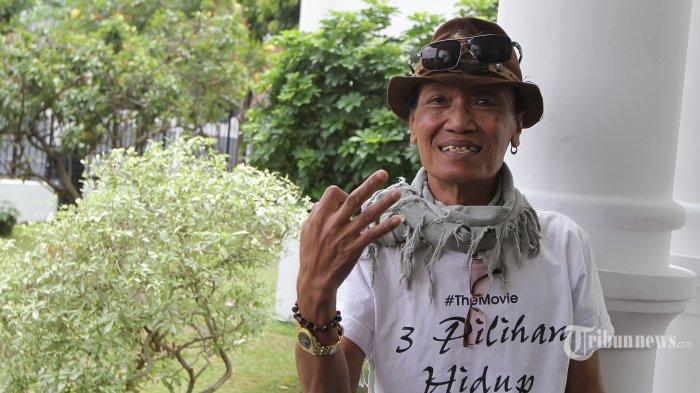 Komedian Srimulat Kabul Basuki atau lebih dikenal Tessy saat menghadiri acara syukuran film 3 Pilihan Hidup di kawasan Pejaten Barat, Jakarta Selatan, Sabtu (2/4/2016). Film ini menghadirkan kisah hidup dirinya atas kasus narkoba yang menimpanya. Tribunnews/Jeprima