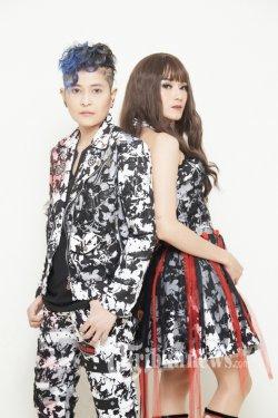 Grup Band Duo The Virgin digawangi Dara (vokal) dan Mita (Gitar dan Vokal).