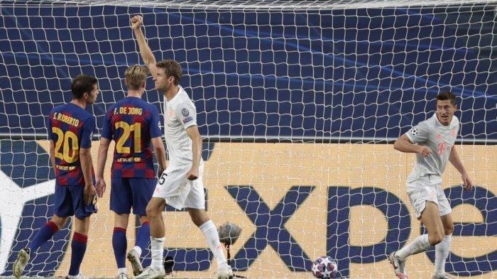 Penyerang Bayern Munich Thomas Mueller (tengah) merayakan gol keempat timnya dalam pertandingan sepak bola perempat final Liga Champions UEFA antara Barcelona dan Bayern Munich di stadion Luz di Lisbon pada 14 Agustus 2020. Manu Fernandez / POOL / AFP