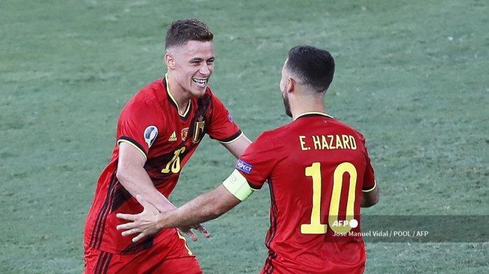 Gelandang Belgia Thorgan Hazard (kiri) merayakan dengan pemain depan Belgia Eden Hazard setelah mencetak gol pertama selama pertandingan sepak bola babak 16 besar UEFA EURO 2020 antara Belgia dan Portugal di Stadion La Cartuja di Seville pada 27 Juni 2021. Jose Manuel Vidal / POOL / AFP