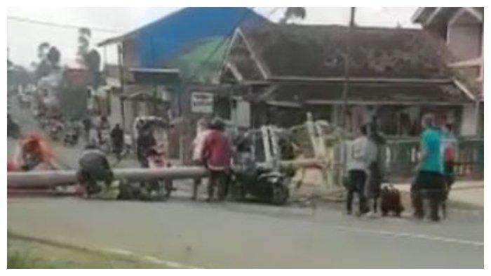 Tiang Listrik Ambruk Timpa 2 Siswi SMK di Cikajang, 2 Petugas PLN yang Bertugas Patah Tulang