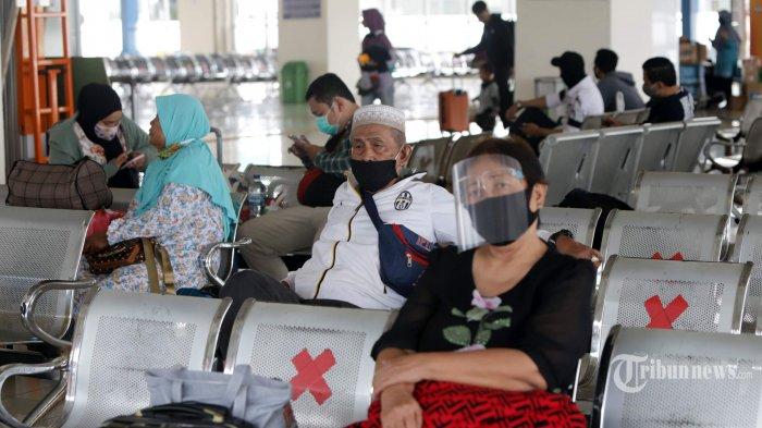 Penumpang menunggu di area keberangkatan bus antarkota di Terminal Pulogebang, Jakarta Timur, Kamis (31/7/2020). Jelang Iduladha 1441 H tidak ada lonjakan penumpang yang melakukan mudik melalui Terminal Pulogebang, meskipun jumlah penumpang lebih banyak dibandingkan minggu sebelumnya. Tribunnews/Herudin