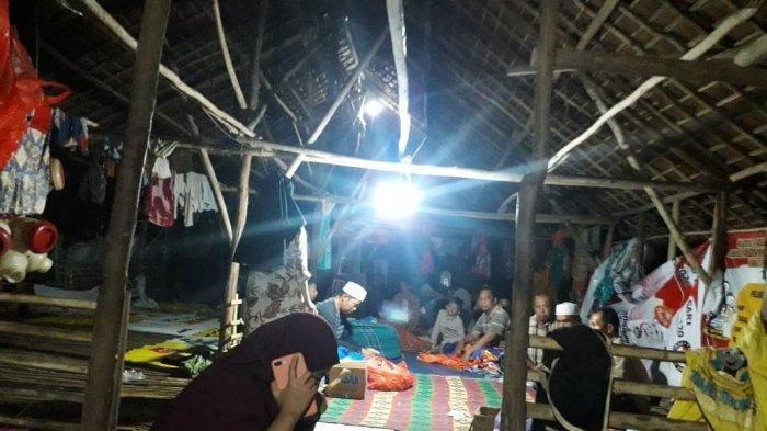 Puluhan Warga Kurau Kalsel Mengungsi di Kandang Ayam, Tanpa Toilet dan Kamar Mandi