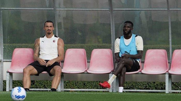 Dua pemain AC Milan tertangkap kamera yakni Tiemoue Bakayoko sedang duduk bersebalahan dengan Zlatan Ibrahimovic.