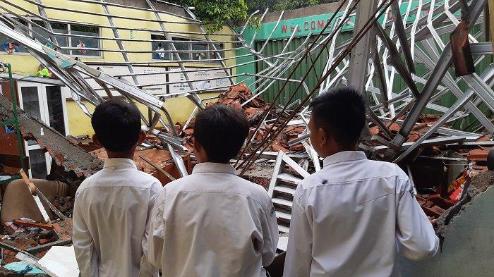 Ketika Siswa SDN 02 Cirimekar Meratapi Bangunan Sekolahnya yang Ambruk Akibat Diguyur Hujan Deras