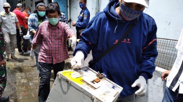 Petugas menyita tiga ekor monyet liar yang diduga disiksa oleh seorang Youtuber di Jagakarsa, Jakarta Selatan./Dok Sudin KPKP Jaksel