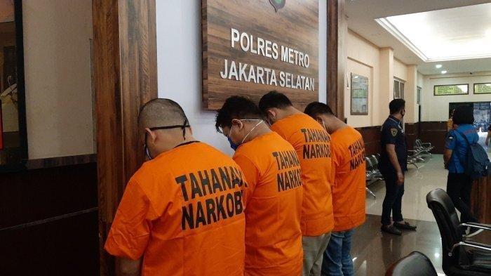 Tiga orang pilot dan satu pengedar narkoba yang diamankan Polres Metro Jakarta Selatan, Jumat (10/7/2020).