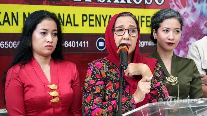 Tiga orang pasien positif Corona (Covid-19) kasus 1, 2, dan 3 yang telah dinyatakan sembuh memberikan keterangan kepada wartawan di RS Sulianto Saroso, Jakarta, Senin (16/3/2020). Ketiga penyintas Corona pertama di Indonesia tersebut dibekali jamu dari Presiden Joko Widodo yang disampaikan lewat Menkes Terawan Agus Putranto. TRIBUNNEWS/HO/HUMAS KEMENKES