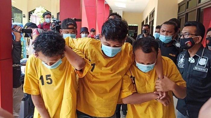 Tiga pelaku begal di gang sempit yang ditangkap aparat Polsek Metro Penjaringan, Jakarta Utara, Jumat (13/11/2020).
