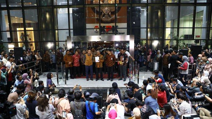 Ketua KPK, Agus Rahardjo (tengah) bersama Wakil Ketua KPK, Laode M Syarif (kanan) dan Wakil Ketua KPK, Saut Situmorang (kiri) memberikan keterangan di Gedung KPK, Jakarta Selatan, Jumat (13/9/2019). Dalam keterangannya, ketiga pimpinan KPK menyerahkan tanggung jawab pengelolaan KPK kepada Presiden Joko Widodo terkait menyikapi sejumlah serangan terhadap KPK belakangan ini. Tribunnews/Irwan Rismawan